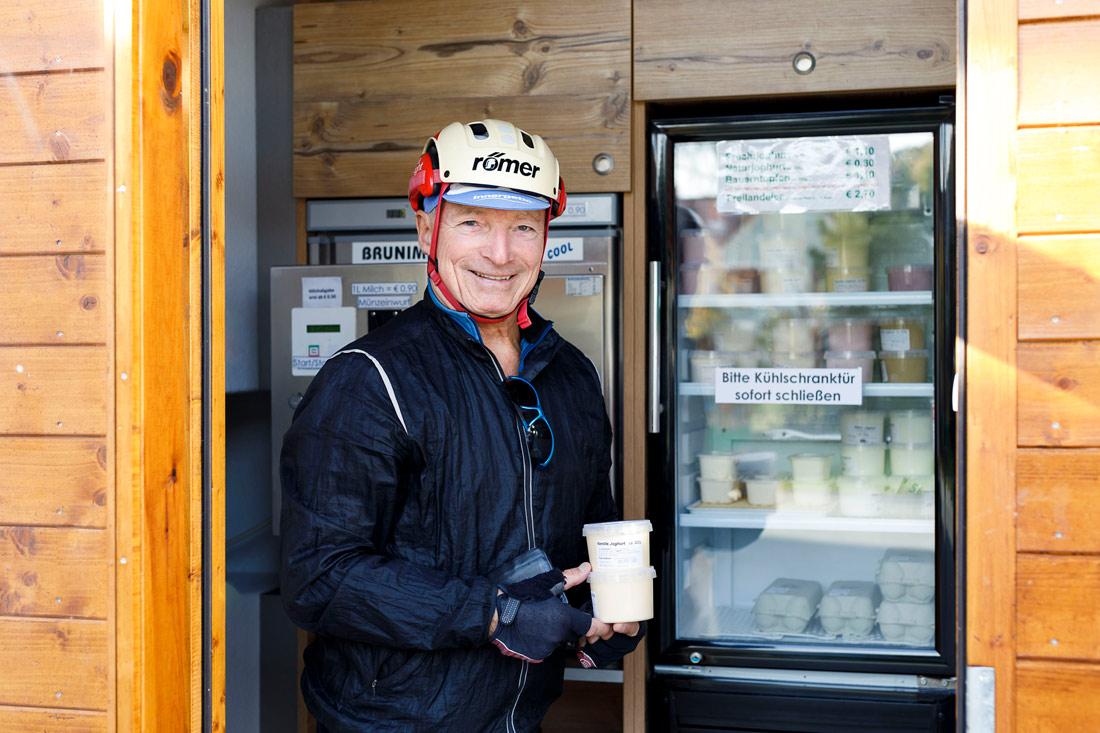 Zufriedener Fahrrad-Kunde beim Joghurtkauf