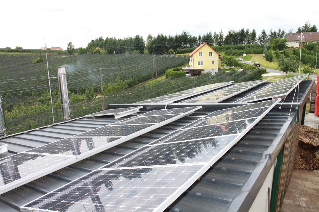 Installation der Photovoltaik-Anlage auf dem Flachdach des Biomasse-Heizwerks.