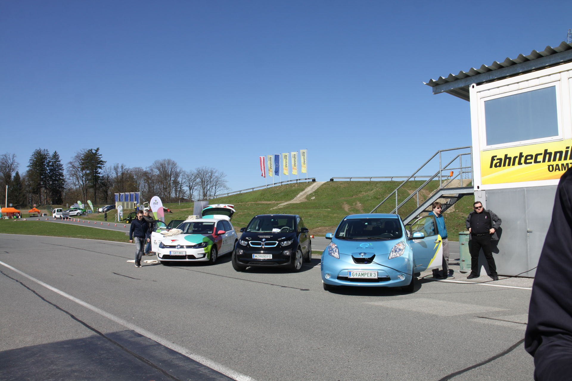 Das Angebot an E-PKWs steigt laufend. Im Bild von vlnr: E-Golf, BMW i3 und Nissan Leaf. © Tanja Solar