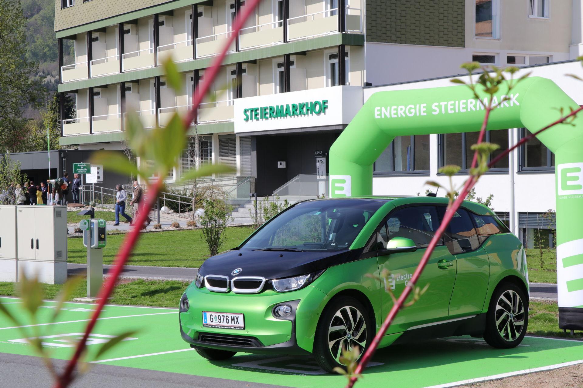 Die grünen Markierungen kennzeichnen die neuen E-Tankstellen am Steiermarkhof. © Roman Musch