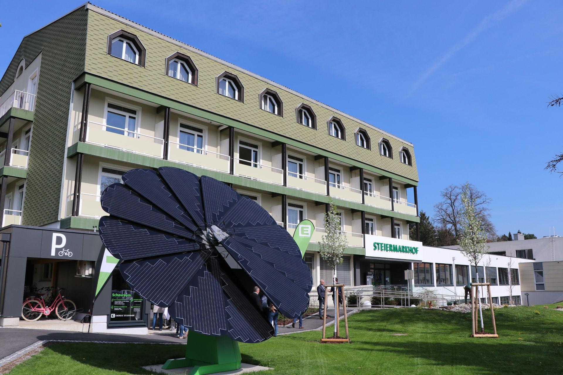 Photovoltaik-Sonnenblume produziert erneubaren Strom zur Kühlung der Seminarräume. © Roman Musch