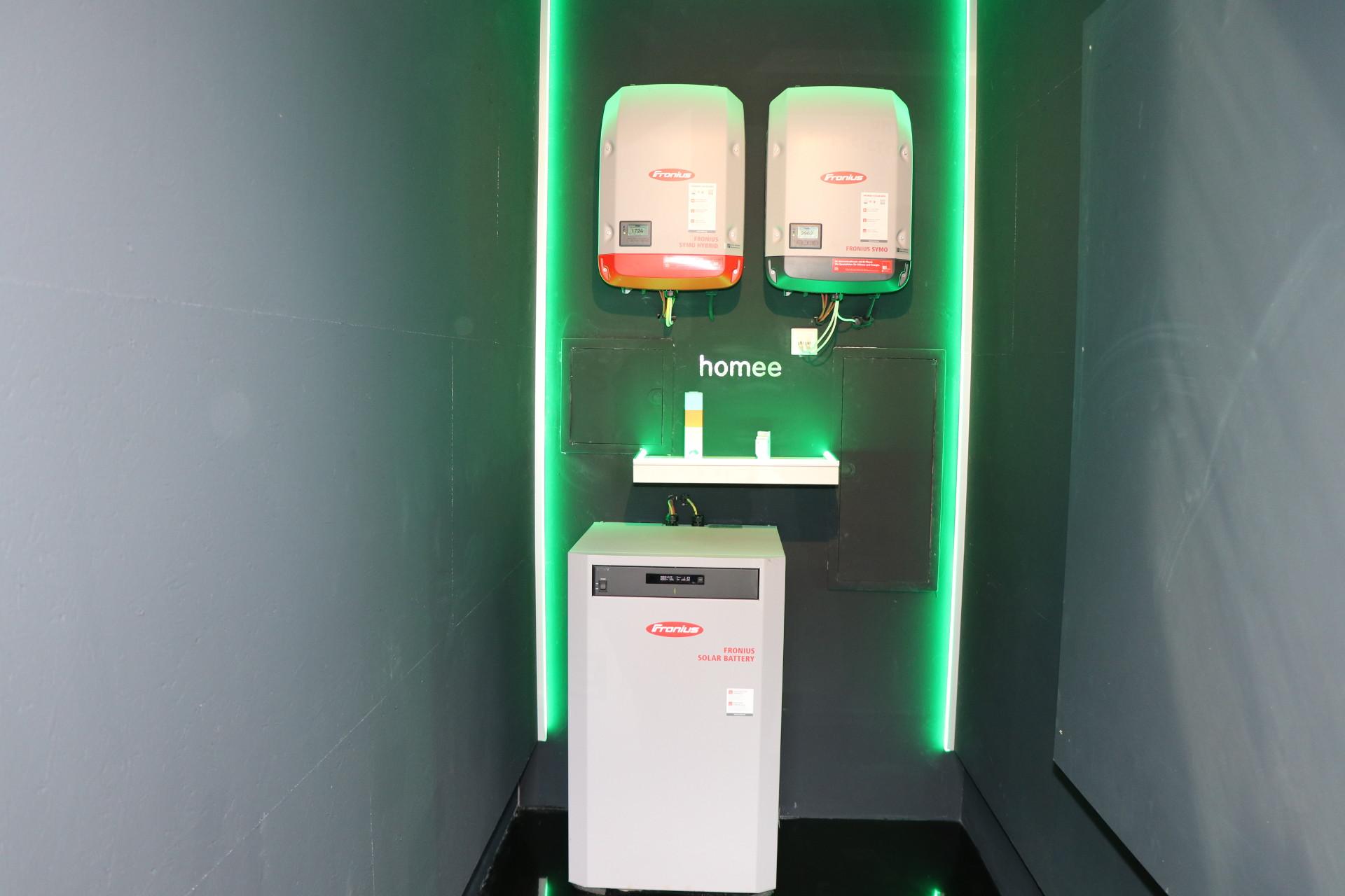 """Li-Ionen Stromspeicher mit Batteriewechselrichter versorgt Rasenroboter """"Karl"""" mit erneuerbaren Strom. © Roman Musch"""